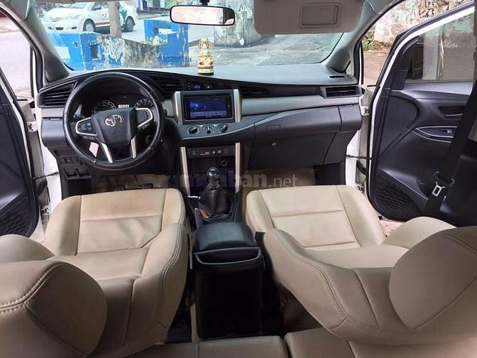 Cần bán chiếc Innova 2.0E 2017 số sàn màu trắng xe nhà sài