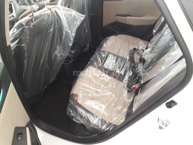 Hyundai Accent Base trắng, giao xe ngay, khuyến mãi sập sàn